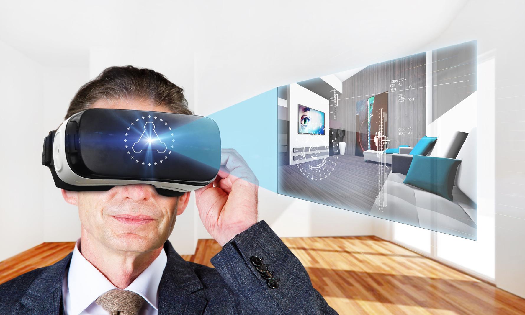 Virtual Room - Man mit VR-Brille bewegt sich in einem virtuellen Raum